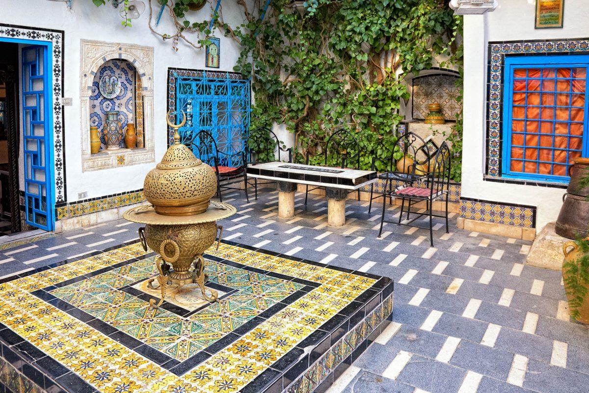 Das Künstlerdorf Sidi Bou Saïd in Tunesien ist für seine farbenprächtige Architektur und Gestaltung bekannt - © Nataliya Hora / Shutterstock