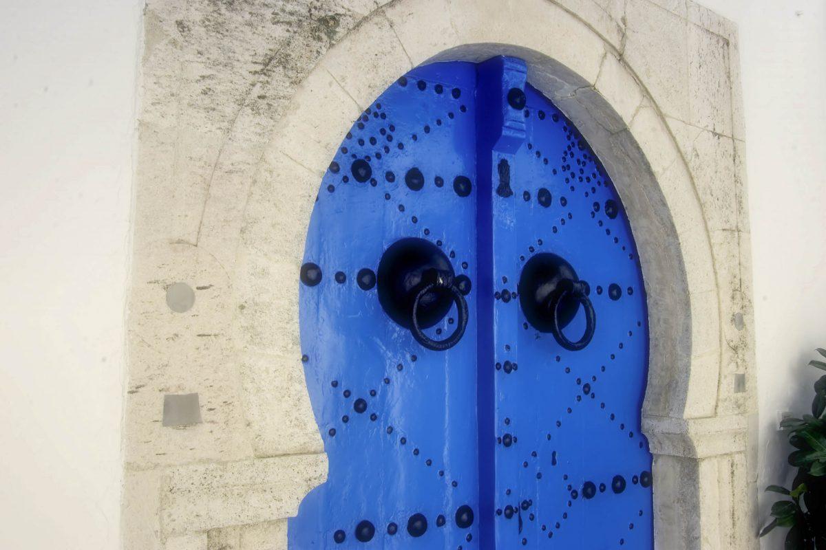 Traditionell geschmückte Tür im Villenviertel Sidi Bou Saïd in Tunis, Tunesien - © LouLouPhotos / Shutterstock