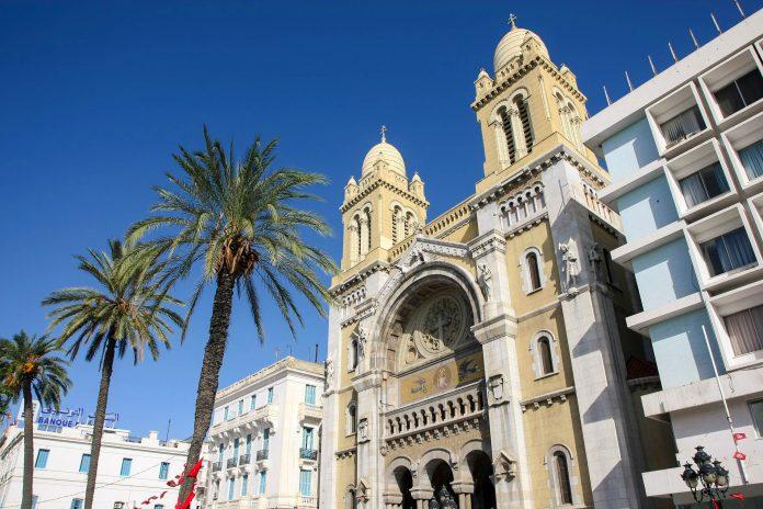 Die Kathedrale St. Vincent de Paul in Tunis stammt noch aus der Kolonialzeit und fasziniert durch ihren Mix verschiedenster architektonischer Stile, Tunesien - © Photoman29 / Shutterstock