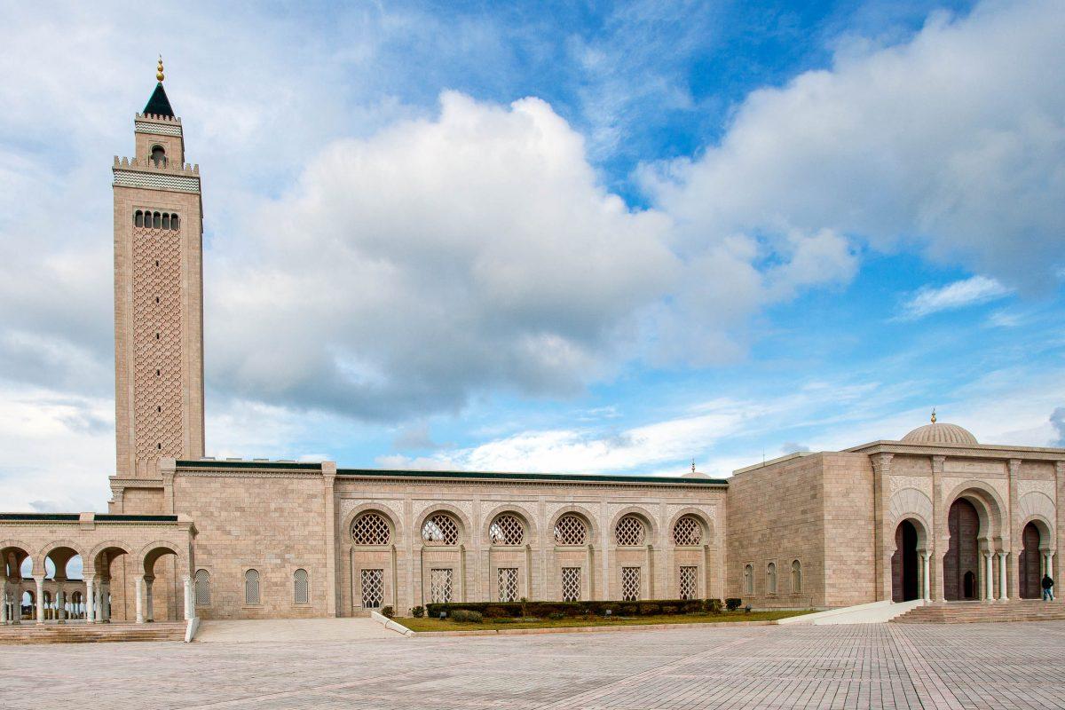 """Die Zitouna Moschee (""""Oliven-Moschee"""") liegt im Herzen von Tunis und ist wohl die bedeutendste Sehenswürdigkeit der Medina von Tunis, Tunesien - © amidala76 / Shutterstock"""