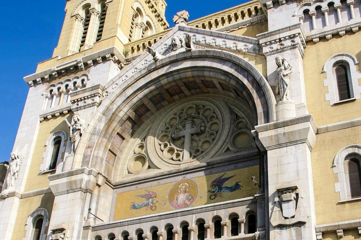 Über dem gewaltigen Eingangsportal der Kathedrale St. Vincent de Paul in Tunis segnet Abraham gleichermaßen Christen, Juden und Muslime, Tunesien - © Photoman29 / Shutterstock