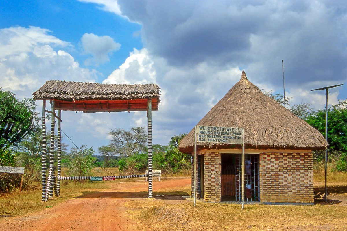 Das Eingangstor zum Lake Mburo Nationalpark in Uganda - © Pecold / Shutterstock