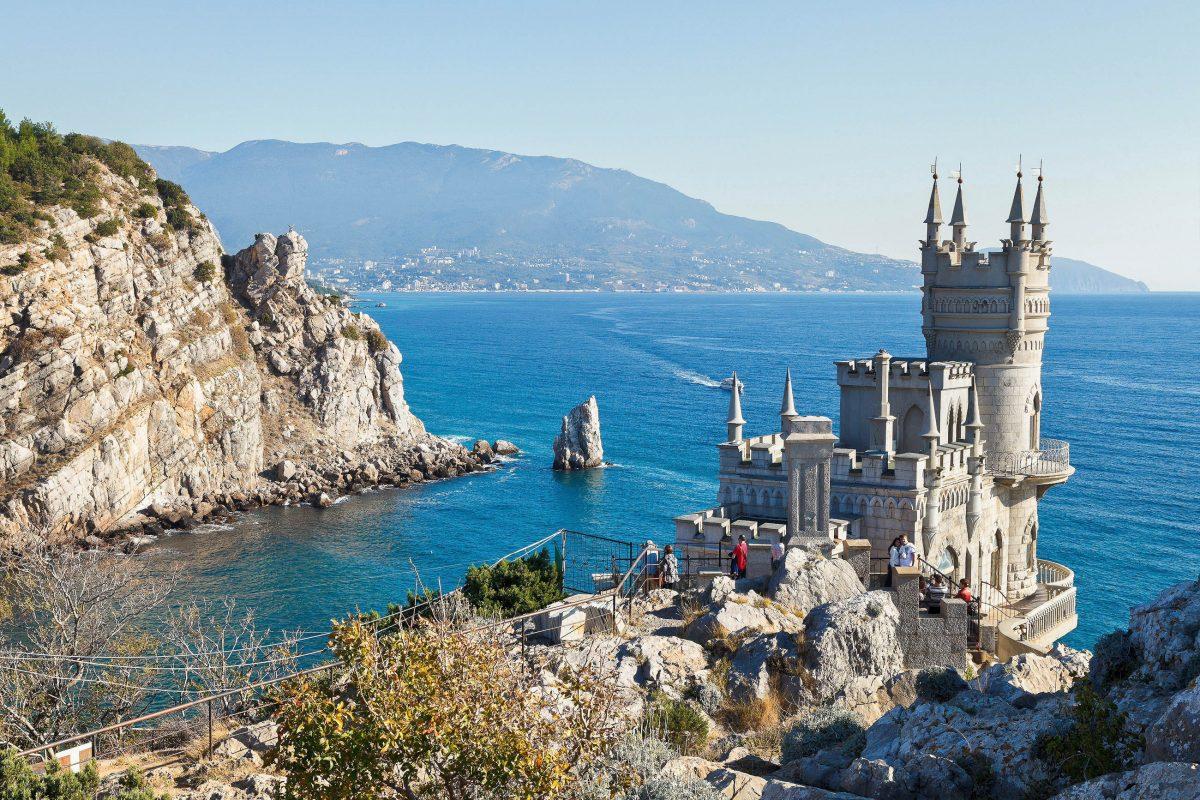120 Stufen führen von der Hauptstraße zum fragil wirkenden Schloss Schwalbennest am Ufer des Schwarzen Meeres, Ukraine - © vvoe / Shutterstock