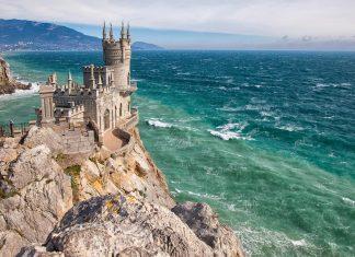 40m über dem stürmischen schwarzen Meer thront das berühmte Schloss Schwalbennest auf der Halbinsel Krim auf seiner Felsnase, Ukraine - © Sergii Votit / Shutterstock