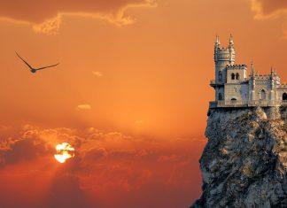 Das märchenhafte Schloss Schwalbennest auf einem Felsvorsprung des Ai-Todor-Kaps gilt als Wahrzeichen im Großraum Jalta, Ukraine - © Bilibin Maksym / Shutterstock