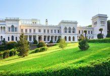 Der Palast Liwadija auf der Halbinsel Krim wurde 1910 errichtet und fungierte als Sommersitz des letzten russischen Zaren Nikolaus II., Ukraine  - © Brykaylo Yuriy / Shutterstock
