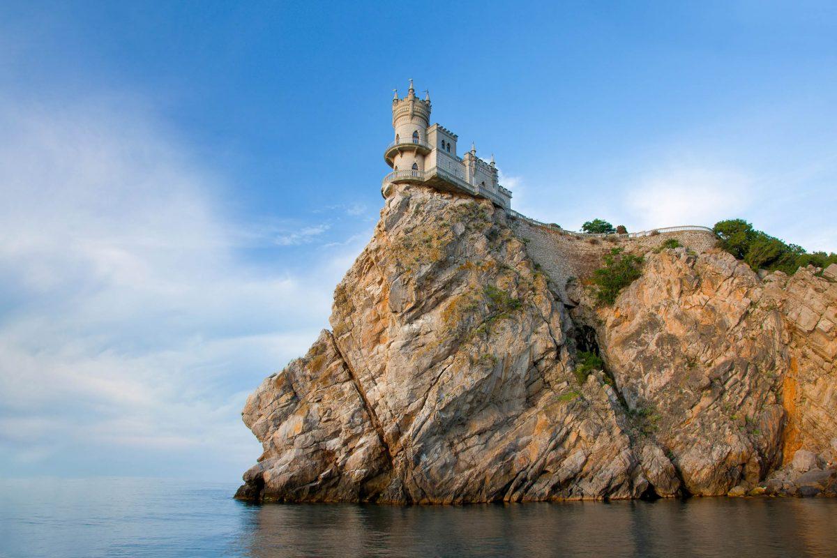 Die spektakuläre Klippe, auf der das Schloss Schwalbennest heute thront, entstand erst im Jahr 1927 durch ein Erdbeben, Ukraine - © Sergii Votit / Shutterstock
