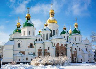 Die Sophienkathedrale mit ihren prunkvollen sieben Kuppeln im Winter, Kiew, Ukraine - © Kostyantyn Sulima / Shutterstock