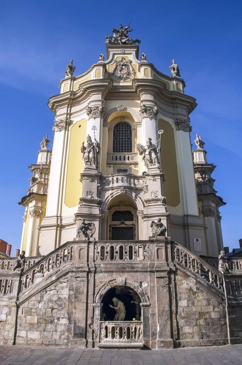 Das Eingangstor der St. Georgs-Kathedrale wird von den Statuen von Papst Leo I. und dem Heiligen Anastasius flankiert, Ukraine - © Dmitrydesign / Shutterstock