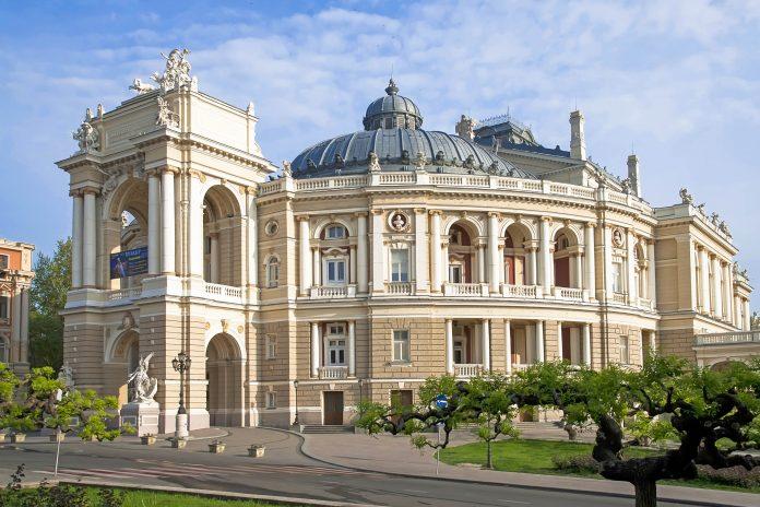 Das prachtvolle Opernhaus in Odessa ist das Wahrzeichen und der architektonische Höhepunkt der Stadt, Ukraine - © Sophy R. / Shutterstock
