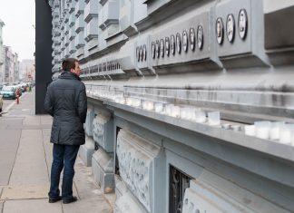 An der Fassade des Hauses des Terrors in der Andrássy út in Budapest erinnern Fotos an die Opfer, die in dem Gebäude gelitten haben, Ungarn - © James Camel / franks-travelbox