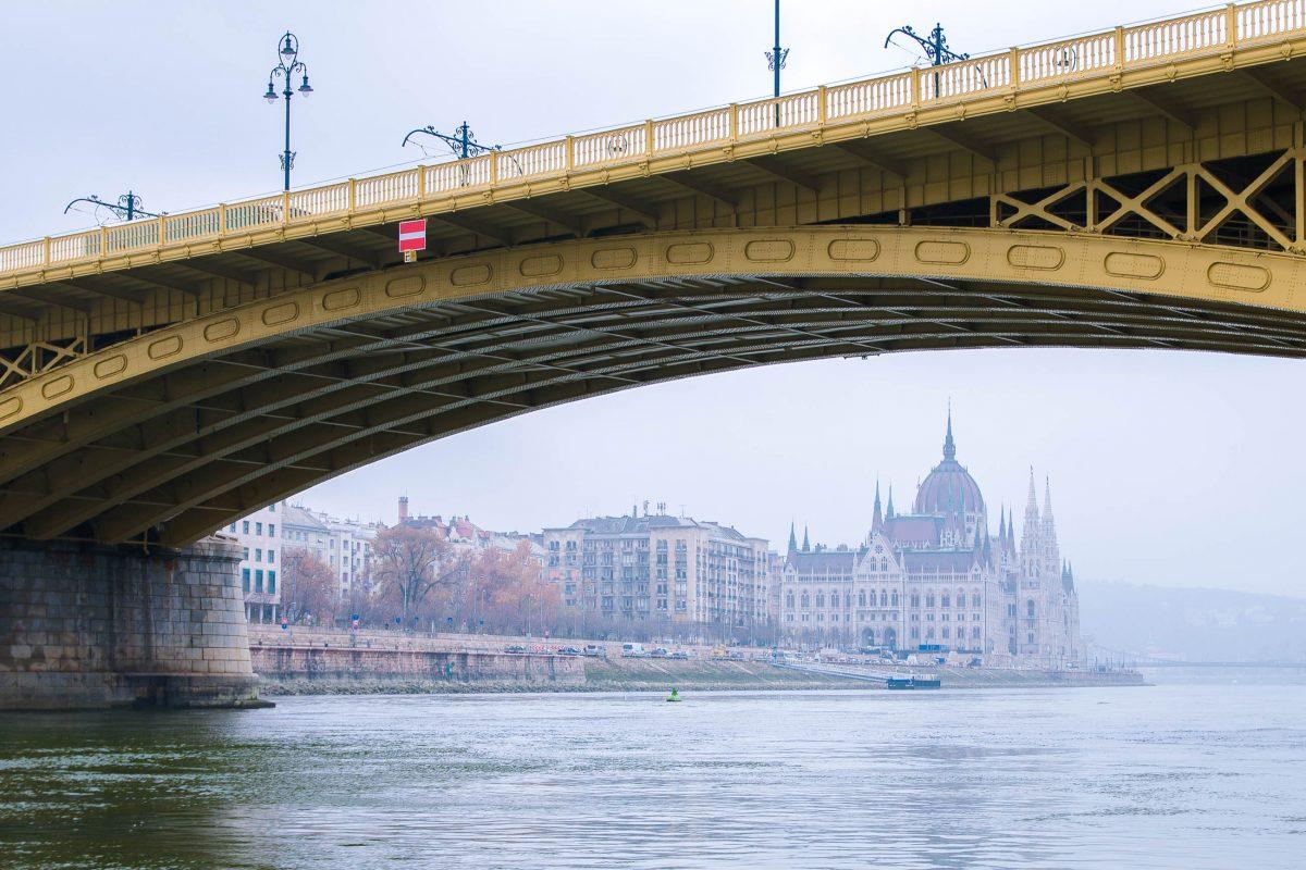 Blick unter der Margaretenbrücke hindurch auf das Parlament in Budapest, Ungarn - © James Camel / franks-travelbox
