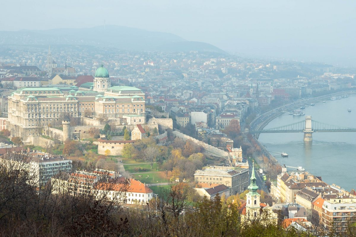 Blick vom Gellért-Berg auf den berühmten Burgberg mit der Kettenbrücke und den imposanten Burgpalast von Budapest, Ungarn - © James Camel / franks-travelbox