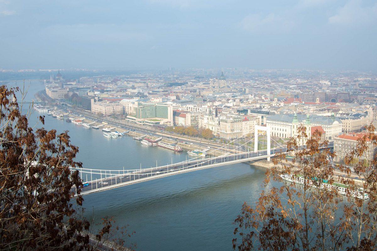 Blick vom Gellért-Berg auf den Stadtteil Pest und die Elisabeth-Brücke in Budapest, Ungarn - © James Camel / franks-travelbox