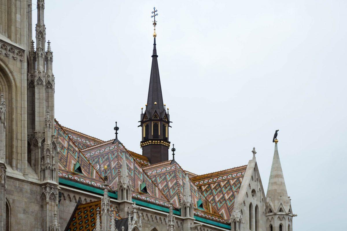 Das auffällig farbenprächtige Dach der Matthiaskirche in Budapest geht auf den Architekten Frigyes Schulek zurück, Ungarn - © James Camel / franks-travelbox