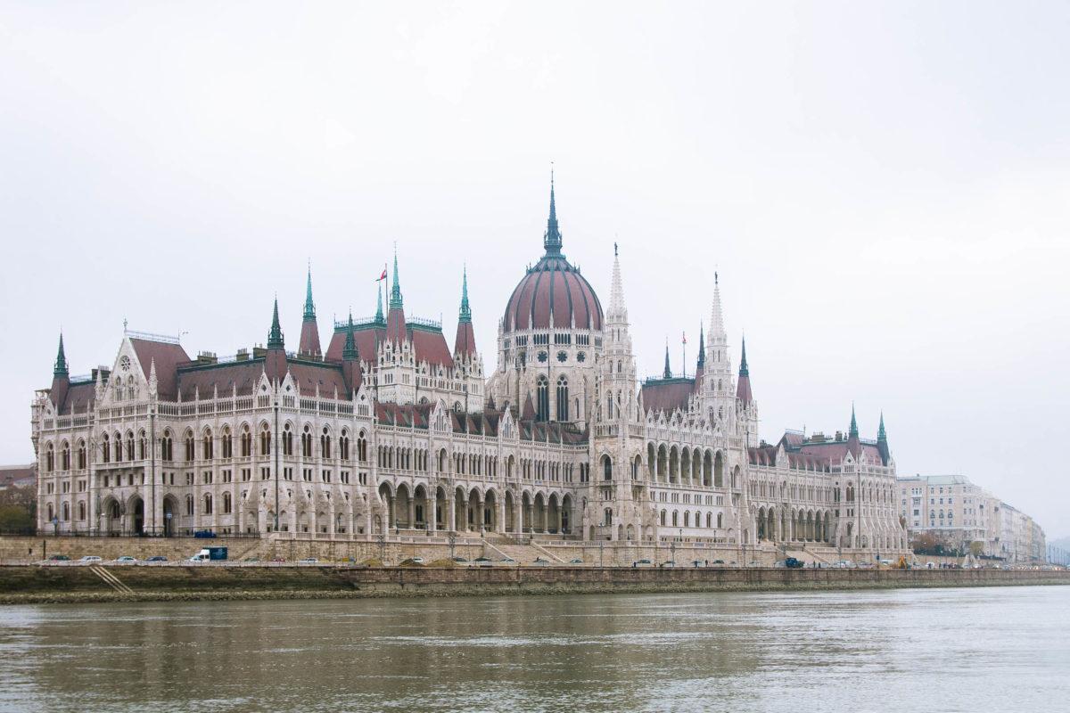 Das auffällige Gebäude des ungarischen Parlaments thront in der Hauptstadt Budapest am Ufer der Donau, Ungarn - © James Camel / franks-travelbox