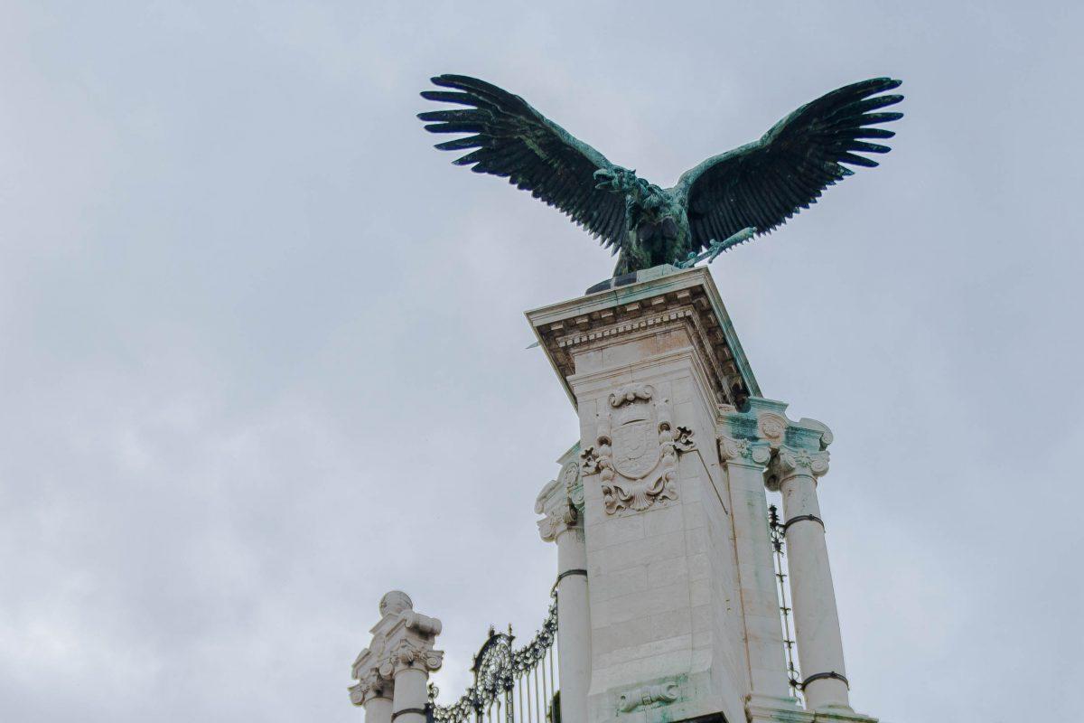 Der sagenhafte Vogel Turul, halb Adler, halb Falke, spielt in der ungarischen Geschichte eine große Rolle, Burgpalast in Budapest, Ungarn - © James Camel / franks-travelbox