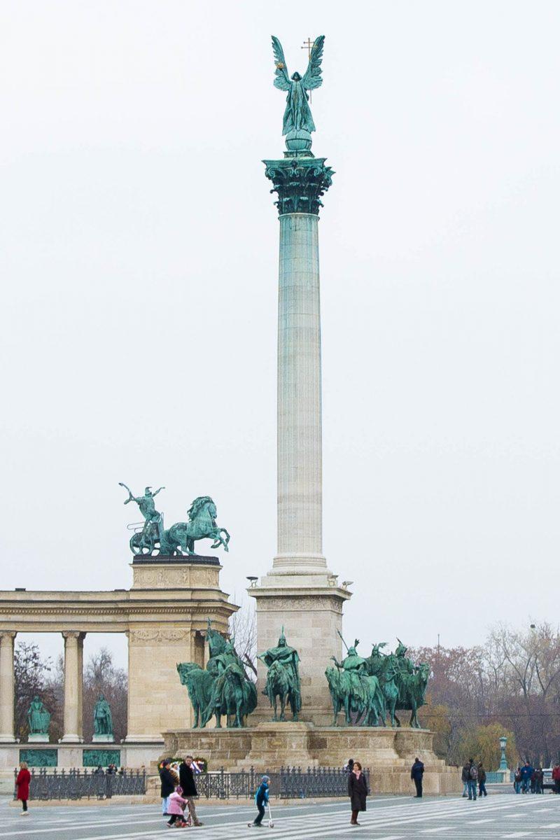 Die 36m hohe Millenniums-Säule auf dem Heldenplatz in Budapest wird von einer Statue des Erzengels Gabriel gekrönt, Ungarn - © James Camel / franks-travelbox