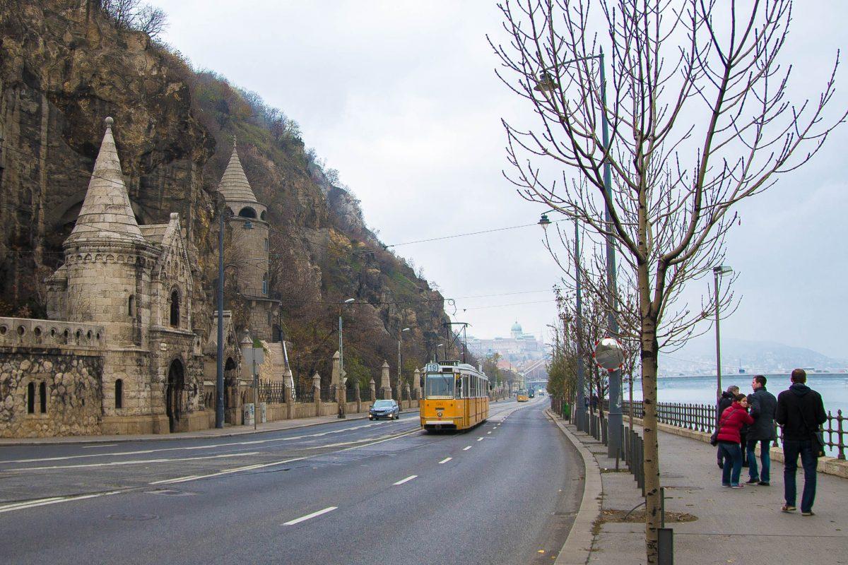 Die Felsenkirche am Fuß des Gellért-Berges wurde direkt in den Berg hineingebaut und wird heute noch für Andachten genutzt, Budapest, Ungarn - © James Camel / franks-travelbox