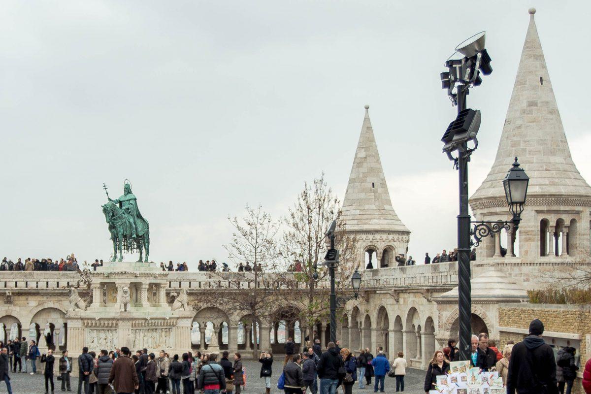 Die Fischerbastei mit dem Reiterstandbild von König Stephan I. ist das Herz des Budaer Burgviertels in Budapest, Ungarn - © James Camel / franks-travelbox