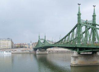 Die Freiheitsbrücke in Budapest hieß einst Franz-Joseph-Brücke und war die dritte Brücke, die die beiden Donauufer von Buda und Pest miteinander verband, Ungarn - © James Camel / franks-travelbox