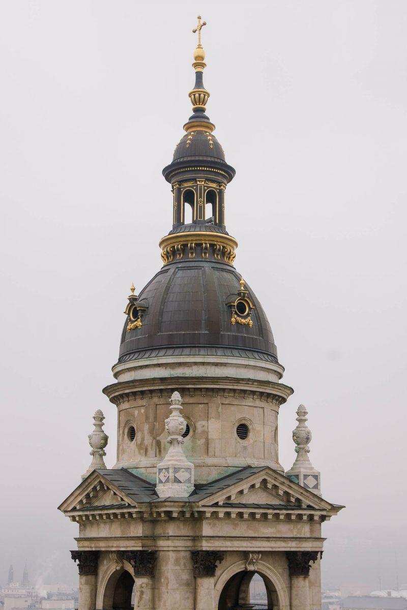 Die gewaltige, knapp 100m hohe Kuppel der St. Stephans-Basilika in Budapest, Ungarn - © James Camel / franks-travelbox