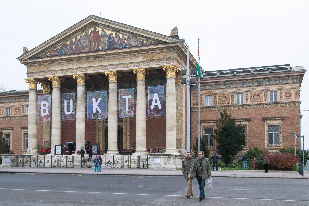 Die Kunsthalle in Budapest liegt am berühmten Heldenplatz und zeigt wechselnde Ausstellungen zeitgenössischer Kunst, Ungarn - © James Camel / franks-travelbox