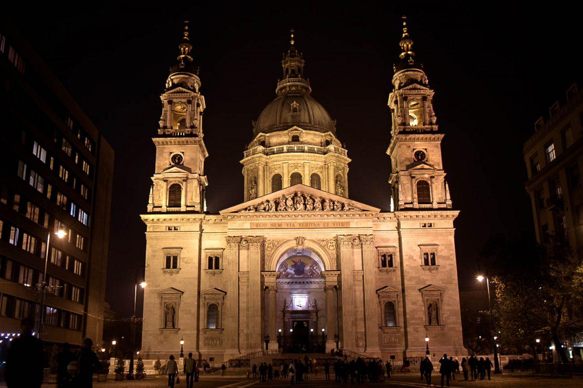 Die St. Stephans-Basilika in Budapest am gleichnamigen Platz, dem Szent István tér bei Nacht, Ungarn - © James Camel / franks-travelbox