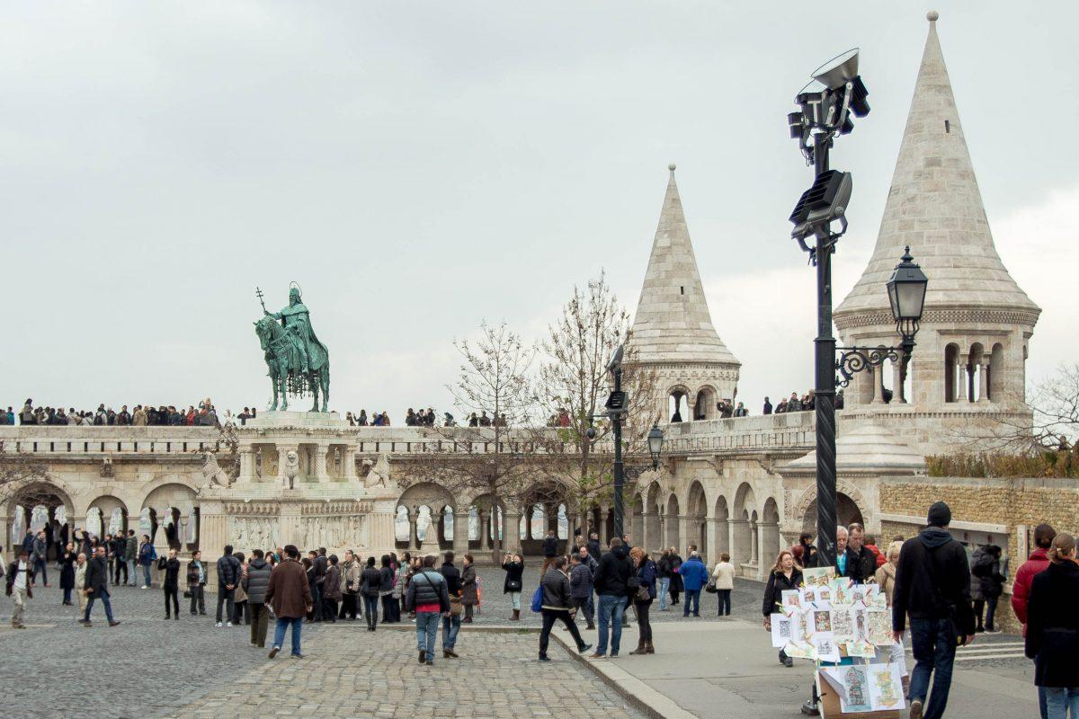 Die Terrasse der Fischerbastei auf der eine Reiterstatue von König Stephan I., dem ersten christlichen König Ungarns thront, Budapest, Ungarn - © James Camel / franks-travelbox