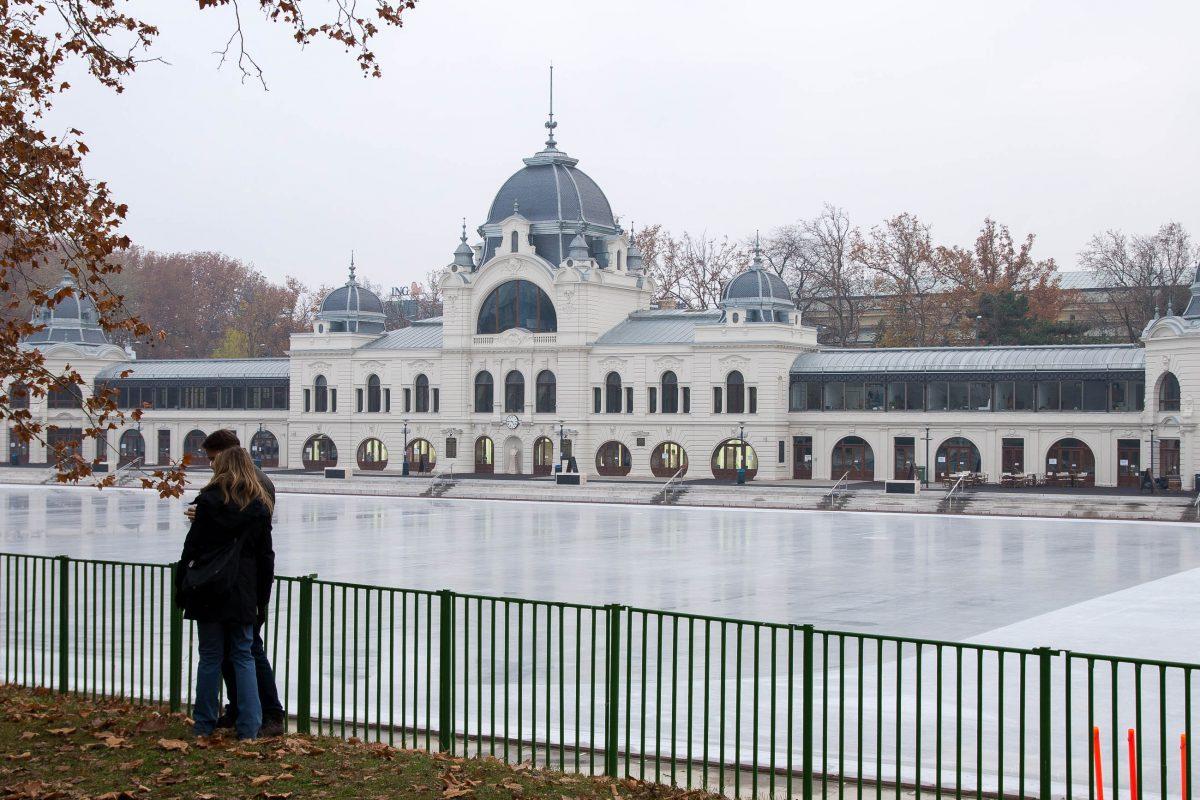 Eislaufplatz im Stadtwäldchen hinter dem Heldenplatz, der beliebtesten Parkanlage Budapests, Ungarn - © James Camel / franks-travelbox