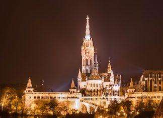 In der Nacht erstrahlt die hell erleuchtete Matthiaskirche über den Burgberg von Buda, Budapest, Ungarn - © James Camel / franks-travelbox