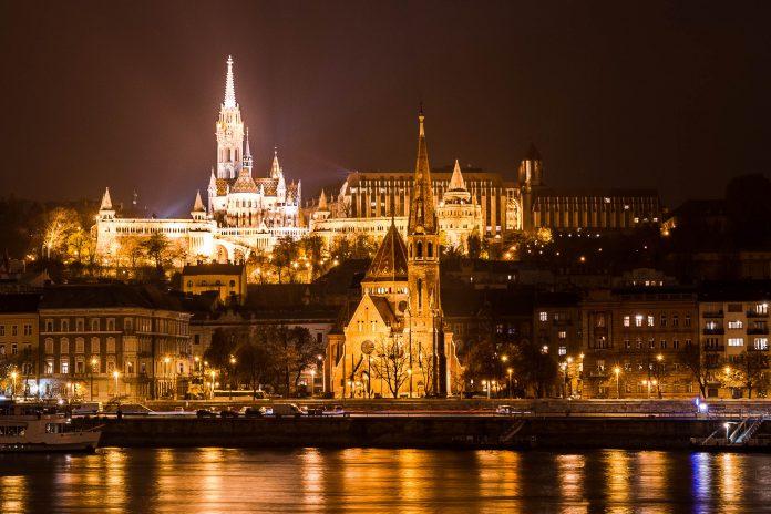 Nächtliche Ansicht der prachtvollen Fischerbastei am sogenannten Burgberg im Stadtviertel Buda in Budapest, Ungarn - © James Camel / franks-travelbox