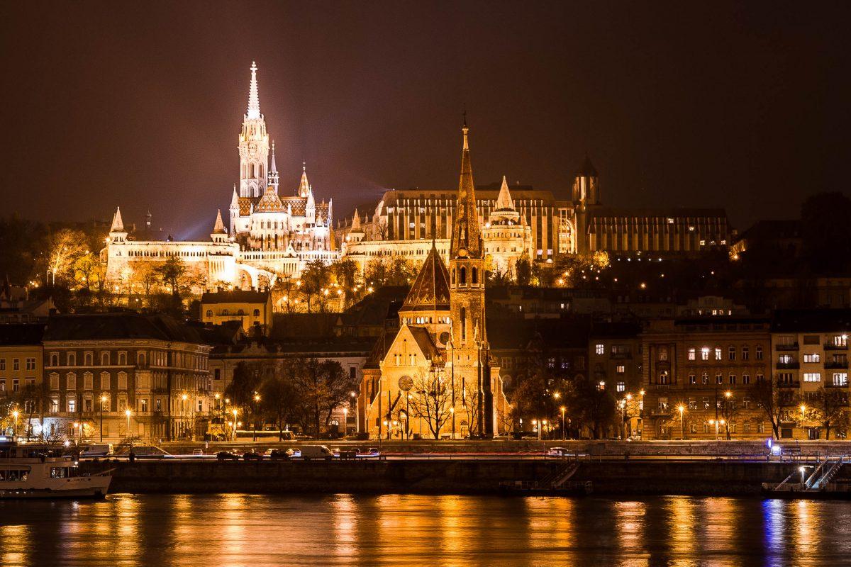Nächtlicher Blick auf das Burgviertel, neben der hell erleuchteten Matthiaskirche ist das moderne Hotel Hilton auszumachen, Budapest, Ungarn - © James Camel / franks-travelbox