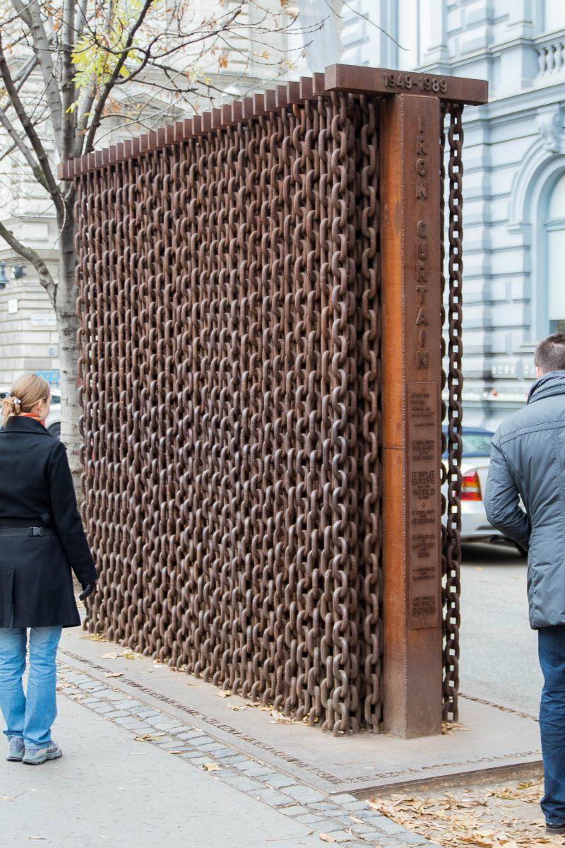 Vor dem Haus des Terrors in der Andrássy út symbolisiert eine Wand mit verrosteten Ketten den Eisernen Vorhang, Budapest, Ungarn - © James Camel / franks-travelbox