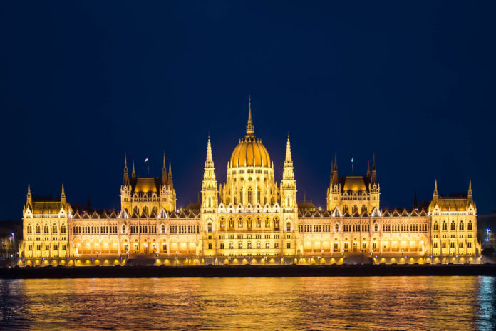 Vorderansicht des ungarischen Parlaments in Budapest bei Nacht, Ungarn - © James Camel / franks-travelbox