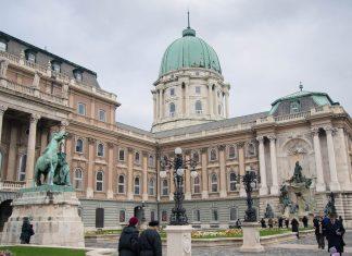 """Westlicher Vorhof des Burgpalastes mit dem kunstvollen Matthias-Brunnen und der Statue des """"Pferdehirten"""", Budapest, Ungarn - © James Camel / franks-travelbox"""