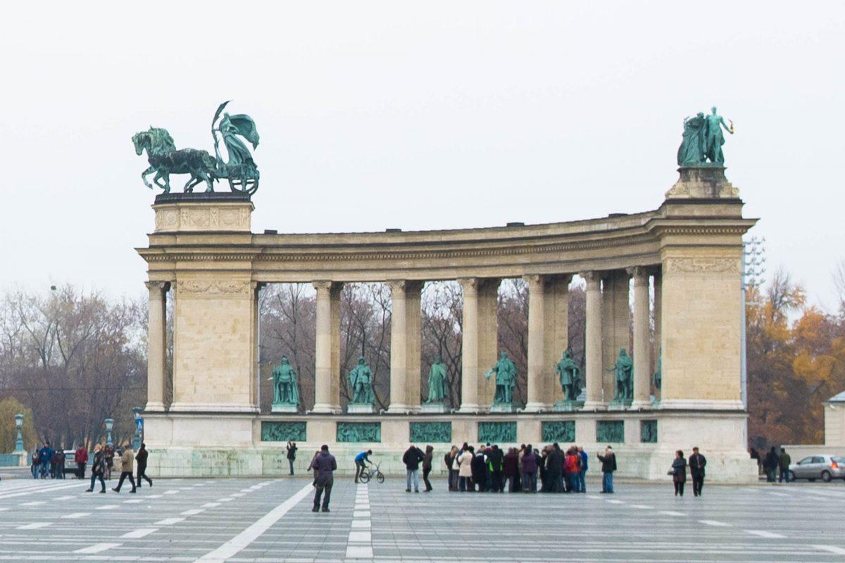 Zwischen den Säulen der Kolonnade auf dem Heldenplatz wurden blicken die Statuen von Königen, Nationalhelden und Freiheitskämpfern Ungarns auf die Besucher herab - © James Camel / franks-travelbox