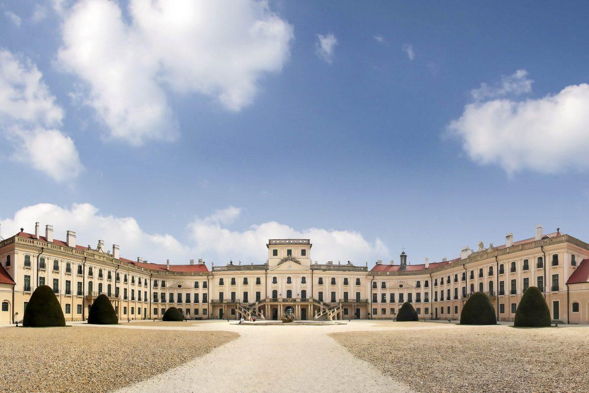 Das Schloss der Familie Esterházy in Fertöd zählt zu den größten und schönsten Rokokoschlössern Ungarns - © cmfotoworks / Fotolia