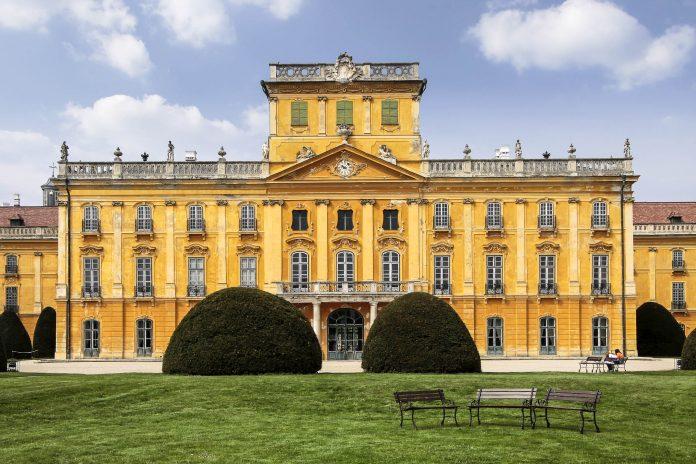 """Das Schloss Esterházy in der Stadt Fertöd stammt aus dem 18. Jahrhundert und wird aus als das """"ungarische Versailles"""" bezeichnet, Ungarn - © cmfotoworks / Fotolia"""