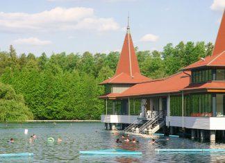 Das Thermalbad im ungarischen Bad Hévíz wurde auf dem größten natürlichen Thermalsee der Welt erbaut - © Wolszczak / Fotolia