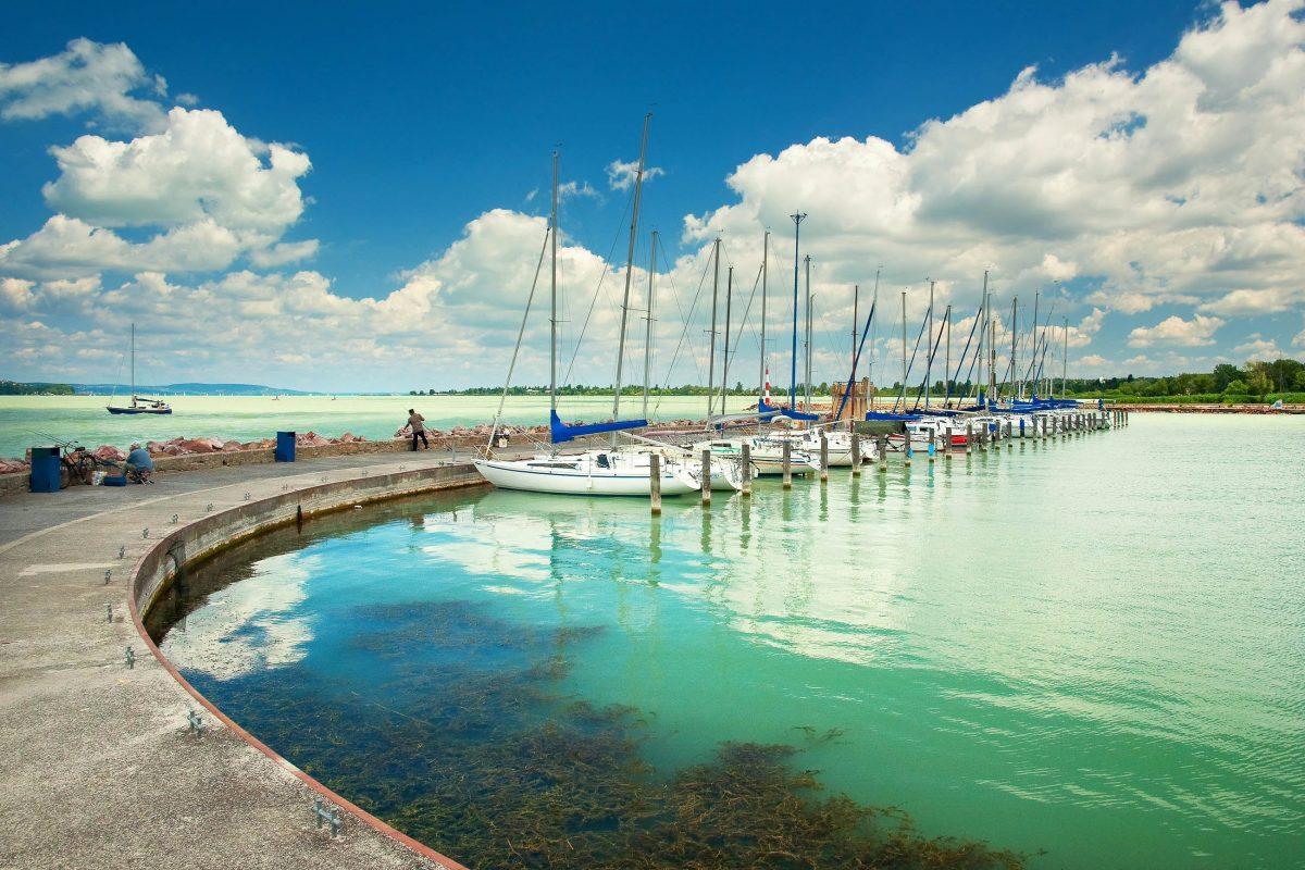 Der Plattensee ist außerdem das wichtigste Segelgebiet Ungarns und Sitz vieler Yachtclubs - © Botond Horvath / Shutterstock
