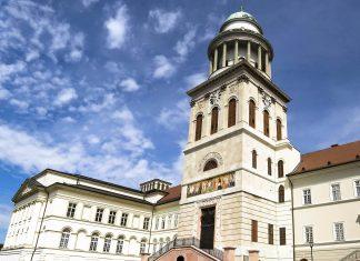 Die Benediktiner-Abtei Pannonhalma ist Ungarns größtes und ältestes Kloster und ist heute noch von Benediktinermönchen bewohnt - © Mary Lane - Fotolia