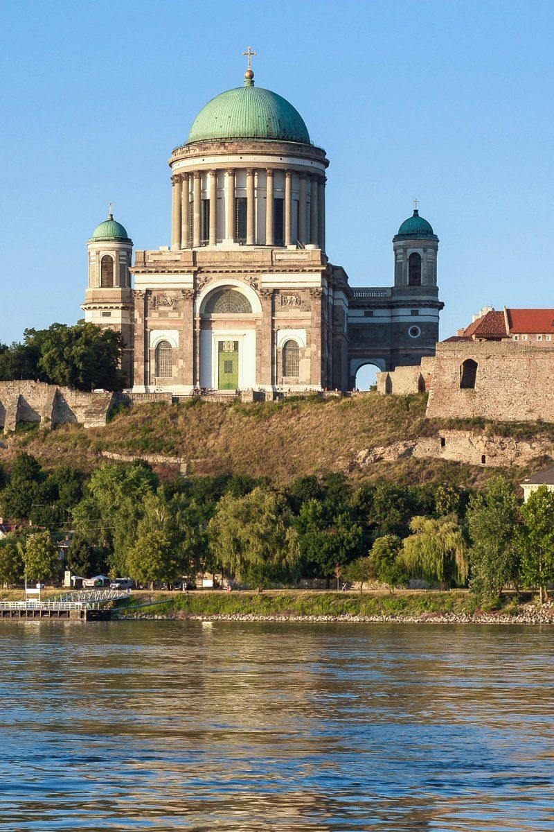 Die gewaltige St. Adalbert-Kathedrale an den Ufern der Donau erscheint schon von weitem als mächtiges Bauwerk, Ungarn - © wira91 / Fotolia