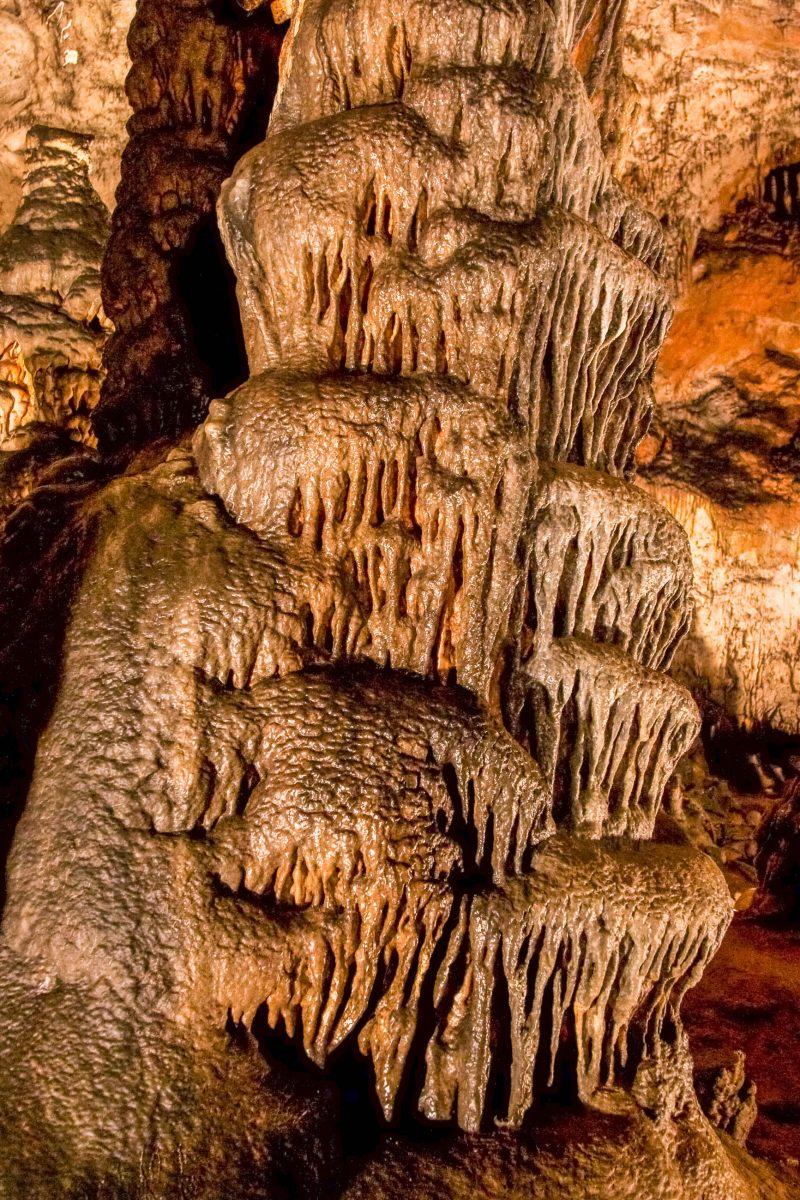 EIn Stalaktit in einer der Tropfsteinhöhlen des Aggteleker Nationalparks, der seit 1995 zum Weltkulturerbe der UNESCO zählt, Ungarn - © CoolR / Shutterstock