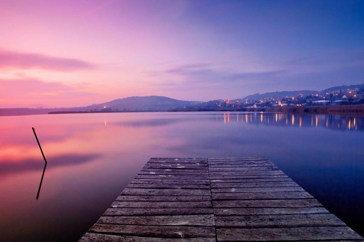 Rund um den Plattensee in Ungarn können Urlaubsstimmung, Badespaß und die fantastische Landschaft genossen werden - © hofhauser / Shutterstock