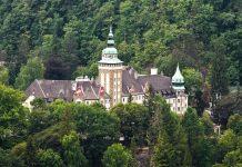 """Zum Schloss Lillafüred führt eine Schmalspurbahn, die """"Staatliche Waldbahn Lillafüred"""", Nationalpark Bükk, Ungarn - © DBtale / Shutterstock"""