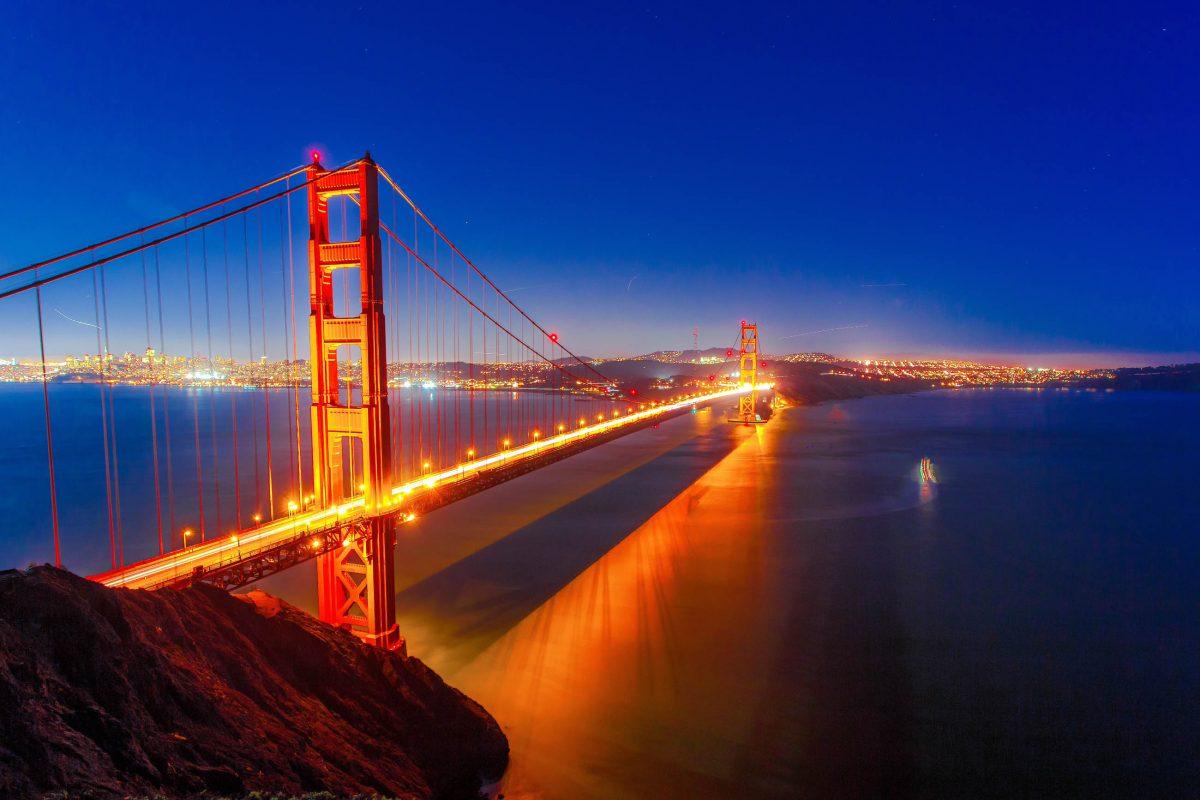 Die Golden Gate Bridge in San Francisco, USA, war mit über 2.700m Länge bis 1964 die längste Hängebrücke der Welt - © Radoslaw Lecyk / Shutterstock