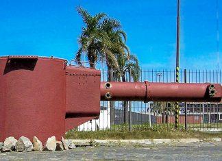 Einige Wrackteile des Panzerschiffes Admiral Graf Spee sind im Hafen von Montevideo ausgestellt, hier der Entfernungsmesser, Uruguay - © Tano4595 CC BY-SA2.5/Wiki