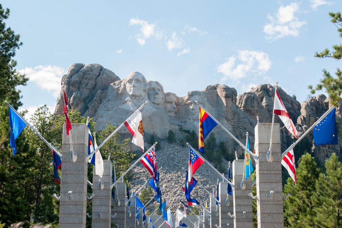 Am Mount Rushmore wird der Besucher von einer Allee aus Flaggen begrüßt, die direkt zur Aussichtsplattform unter den Präsidentenköpfen führen, USA - © James Camel / franks-travelbox.com