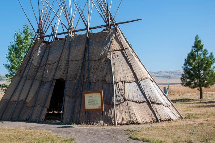 An das Tamastslikt Cultural Institute angrenzend befindet sich ein detailgetreu nachgebautes Indianer-Dorf, Oregon, USA - © James Camel / franks-travelbox
